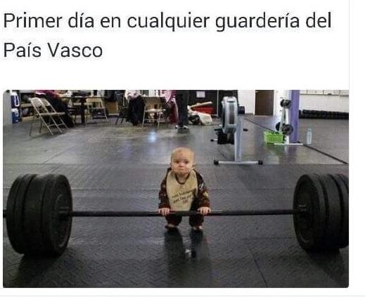 primer dia en cualquier guarderia del pais vasco bebe levantando pesas