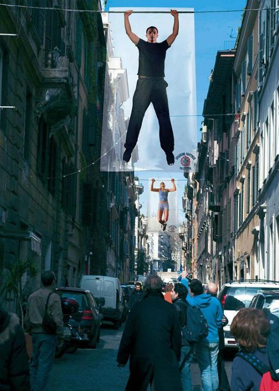 anuncio creativo - carteles haciendo dominadas en la calle