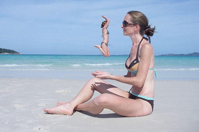 chicas playa saltando sobre la palma de la mano