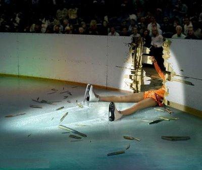 patinadora sobre hielo se cae rompiendo valla