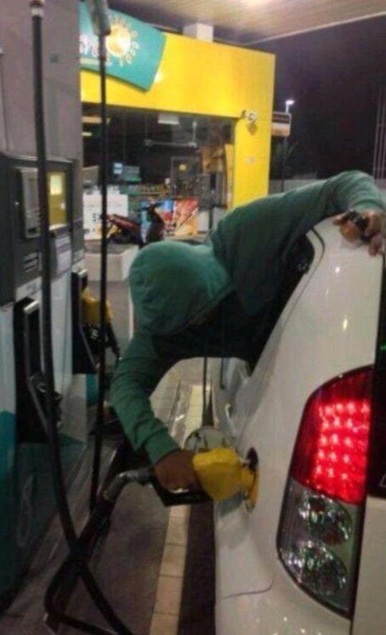 en gasolinera llenando el deposito desde el coche