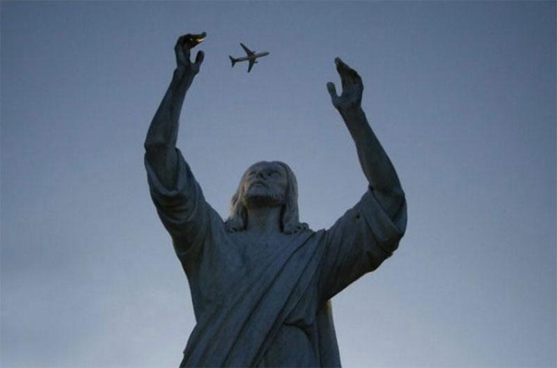 perfect timing - estatua intentando coger avion