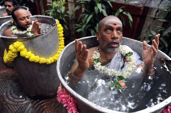 rezando en cubos de agua