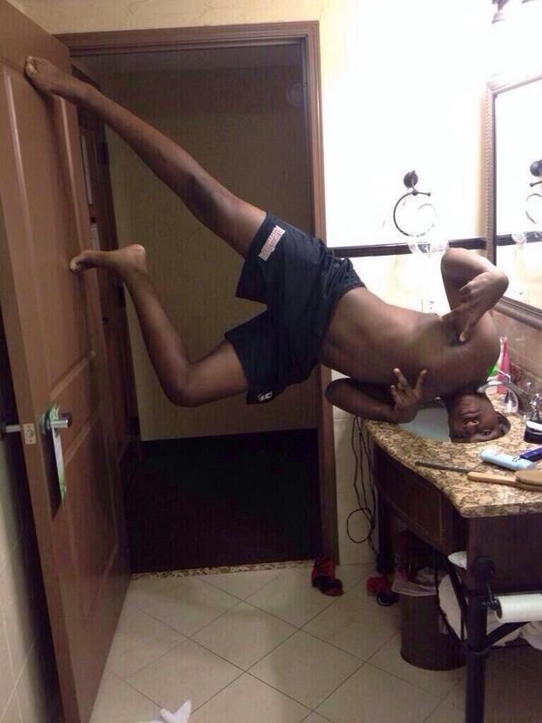 selfie baño negro al reves con cabeza en lavabo y piernas en la puerta