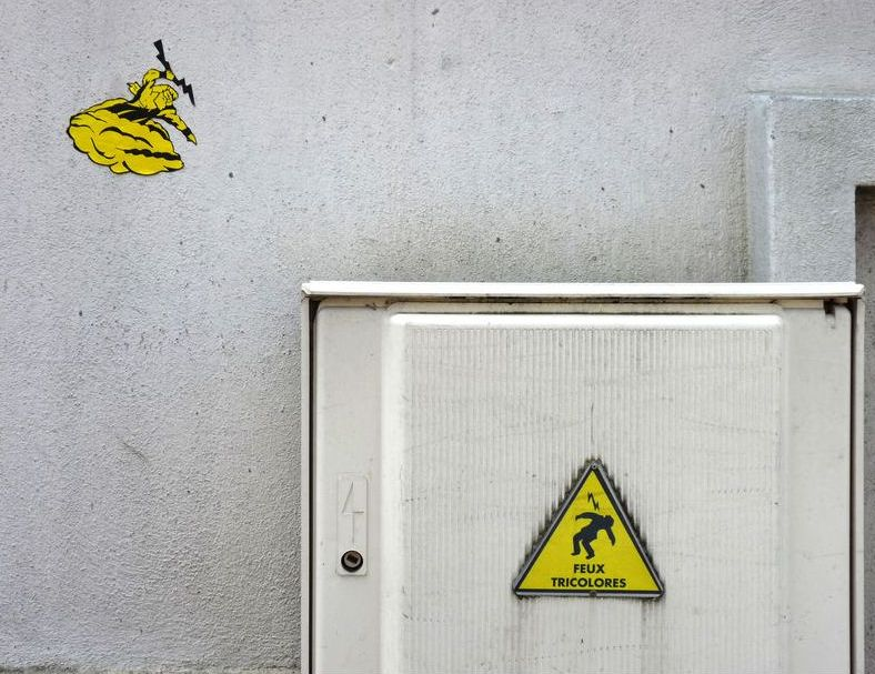 arte urbano señal peligro electrocucion y zeus lanzando rayos