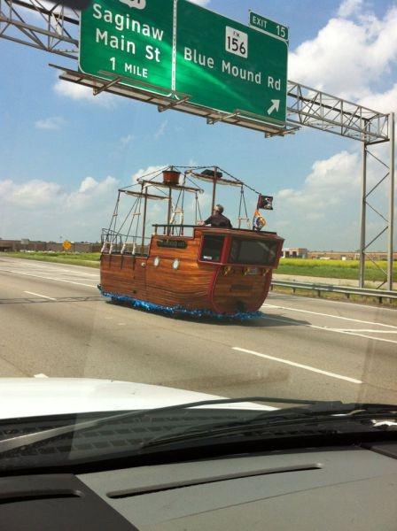 Coche-Barco por la autopista