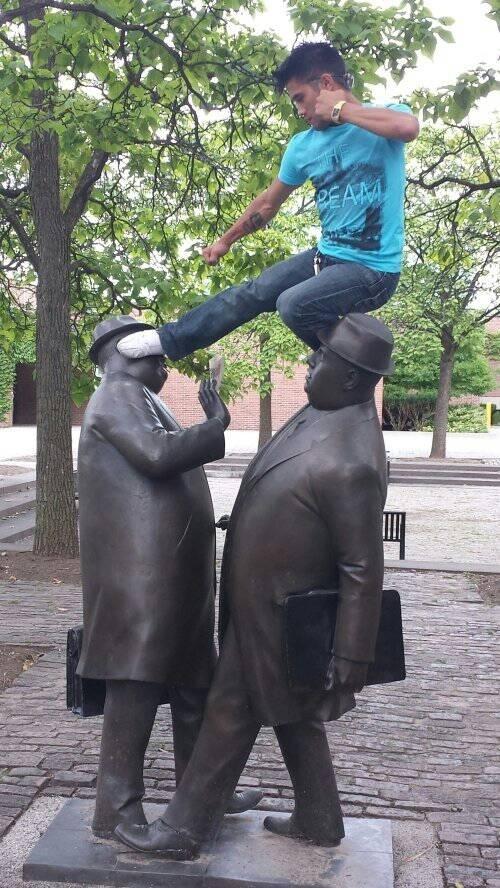 chico haciendo karate sobre estatuas