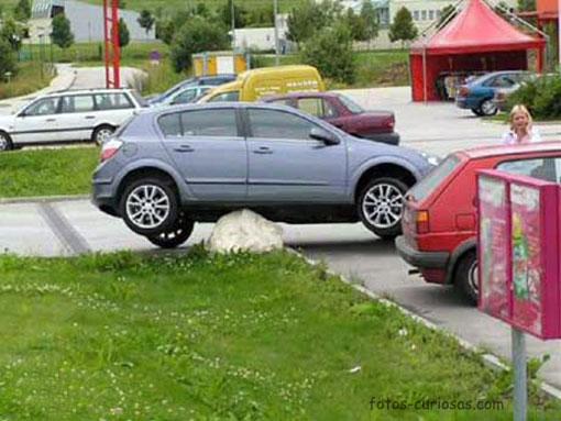 coche aparcado encima de piedra