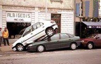 coche estacionado encima de otro