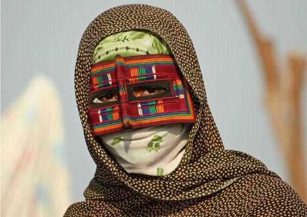 culturas del mundo cara cubierta con telas de colores