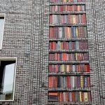 Fachada pintada: Estantería con libros