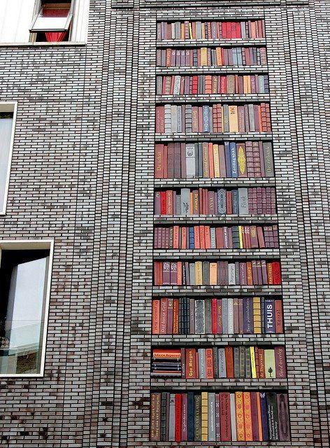 fachada pintada estanteria con libros