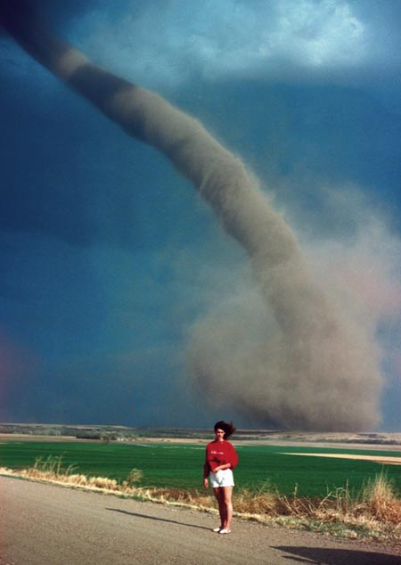 Foto con tornado de fondo