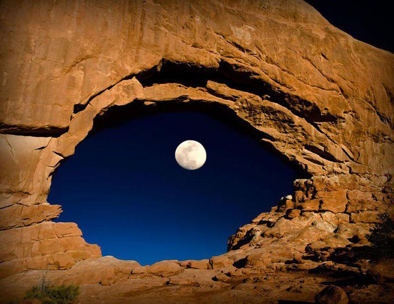 Luna tras North Window Arches (Parque Nacional de Utah)