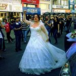 Activista acérrima, ni el día de su boda deja de asistir a la manifestación