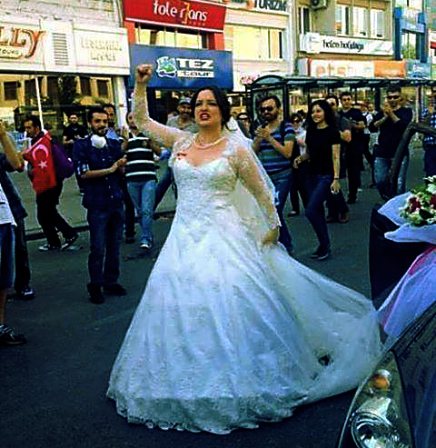 novia recien casada participando en manifestacion