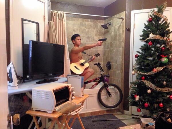 selfie friki con guitarra subido en bicicleta en banera