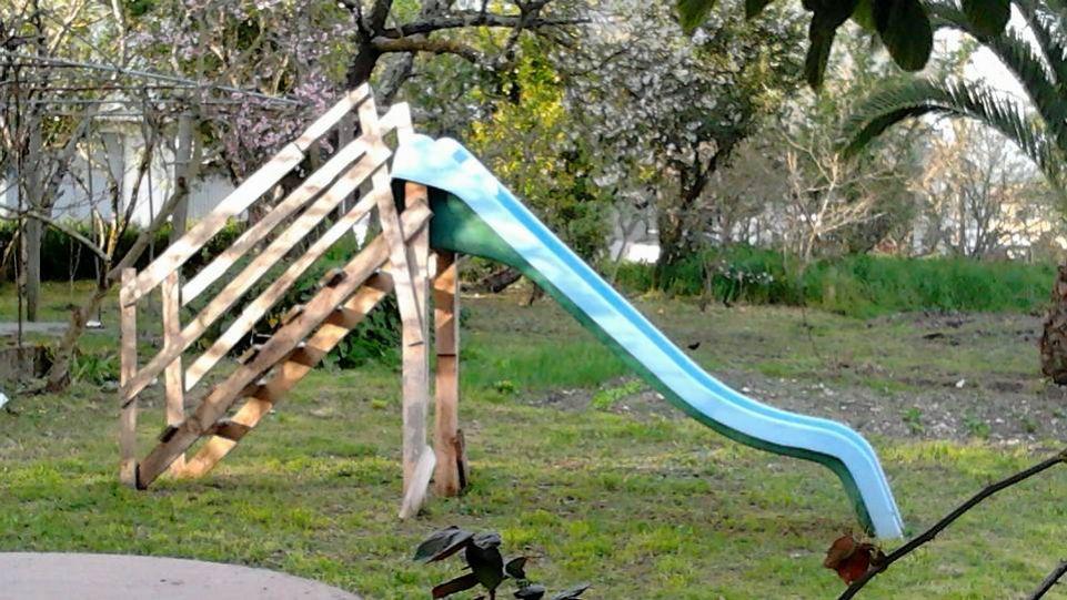 tobogan con escalera de madera cutre