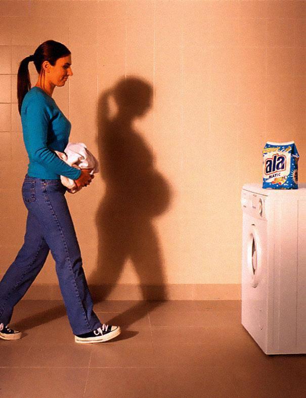 chica llevando ropa a la lavadora sombra embarazada