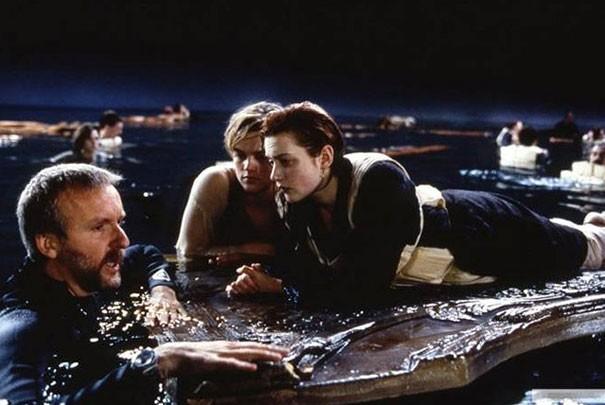 foto escena final titanic en la tabla cabian los dos