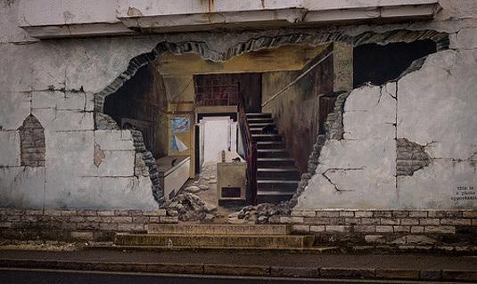 graffiti trampantojo hueco en pared que muestra el interior del edificio