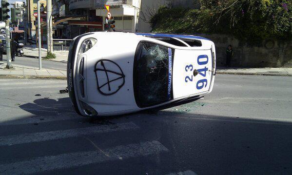 grecia huelga coche policia volcado