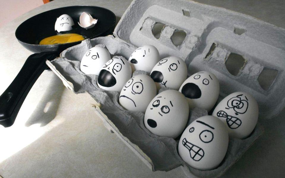 huevos en la caja con miedo y sarten al lado