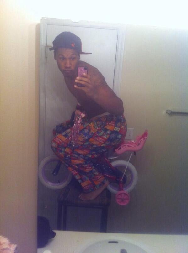 selfie subido a una silla con triciclo infantil
