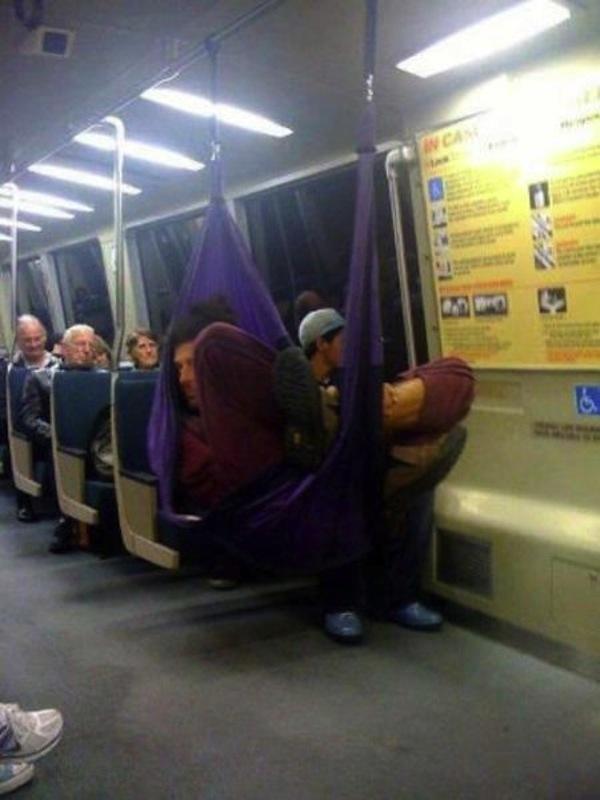 tio durmiendo en hamaca en metro