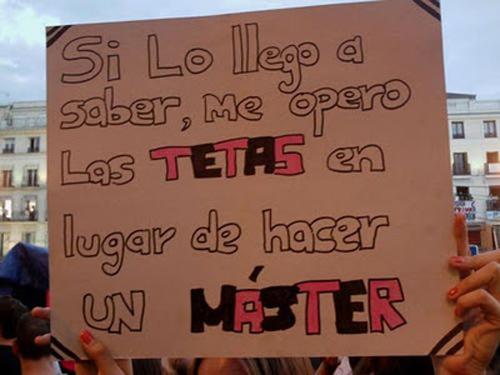 Pancarta si lo llego a saber me opero las tetas en lugar de hacer un master