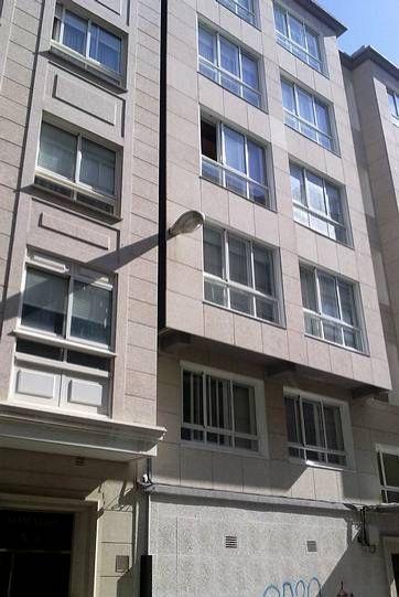 Poner la farola dentro de la fachada. Visto en Ferrol