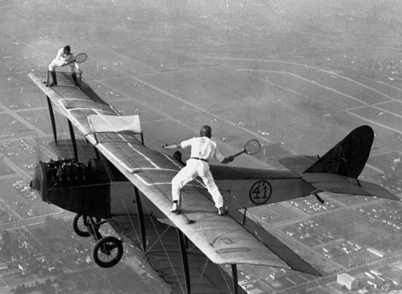 jugando al tenis en las alas de una avioneta
