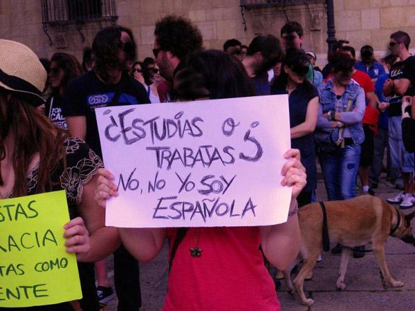 Pancarta ¿Estudias o trabajas? No, soy española
