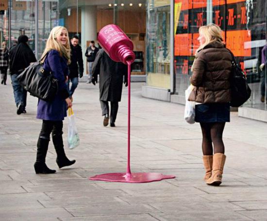publicidad creativa - esmalte de unas gigante en la calle