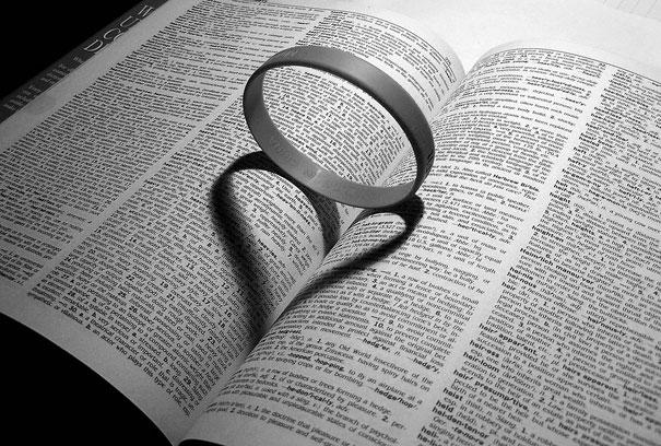 aro sombra corazon sobre libro