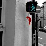Arte urbano – Muñeco de semáforo colgado