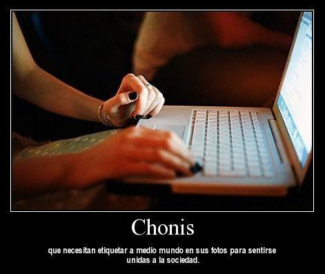 Chonis que necesitan etiquetar a medio mundo en sus fotos para sentirse unidas a la sociedad