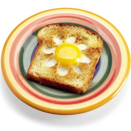 Cocina creativa - Huevo frito en forma de flor sobre pan tostado