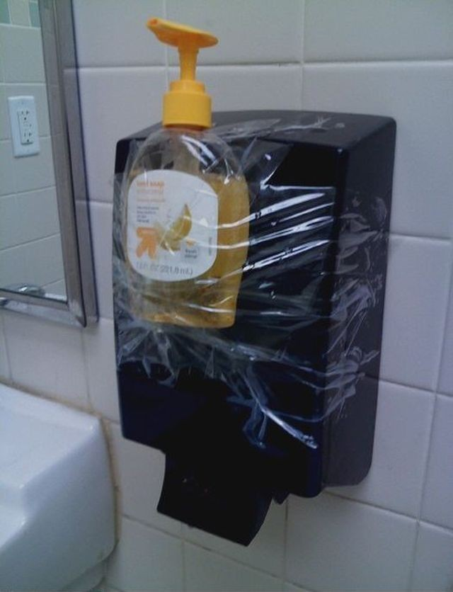 dispensador de jabon cutre - bote pegado al secador de manos