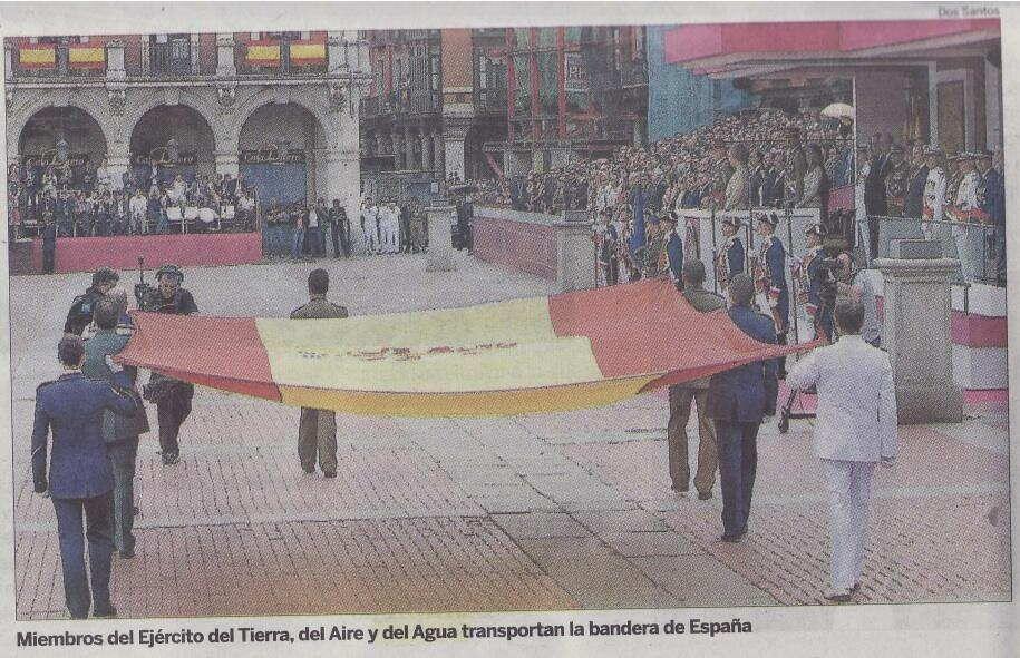 recorte prensa miembros del ejercito del tierra, del aire y del agua transportaban la bandera de espana