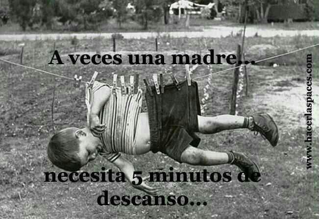 Niño colgado tendal A veces una madre necesita 5 minutos de descanso