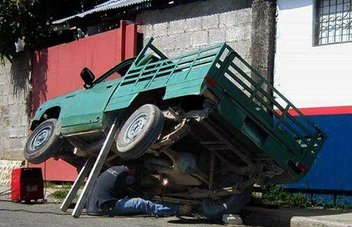 arreglando camioneta - levantada con dos palos
