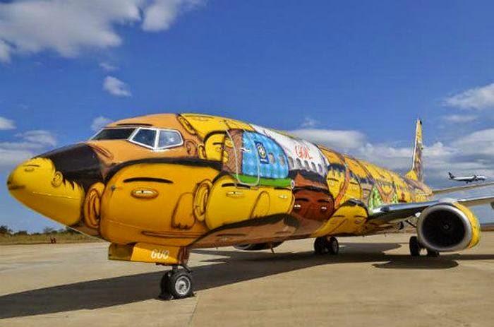 Avión con graffitis