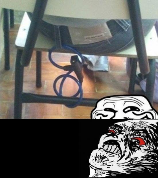 broma encadenado a la silla