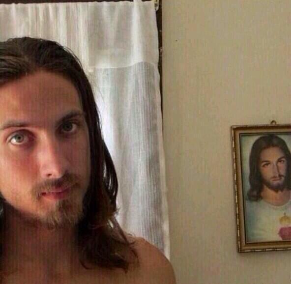 parecidos razonables - chico y cuadro de jesucristo