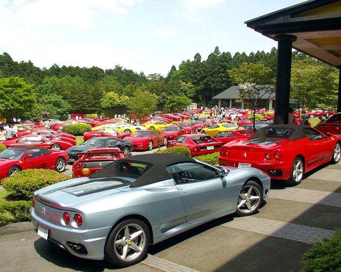 parking lleno de coches deportivos