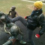 Peleando con la estatua