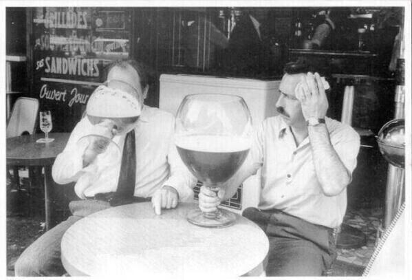 tomando cañas de cerveza enormes