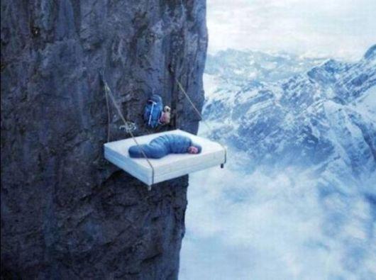 cama en barranco precipicio alpinismo wtf