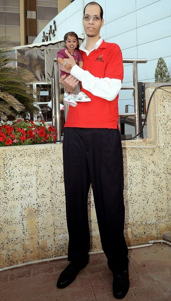 el hombre mas alto del mundo con la mujer más pequeña del mundo